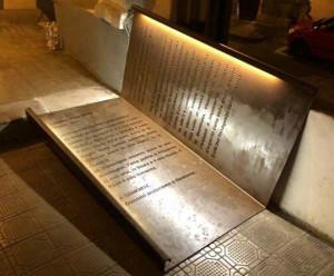 A Demonte barriere architettoniche abbattute con… dei libri in ferro battuto