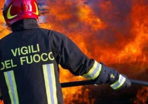 Vigili del Fuoco al lavoro per spegnere un incendio nei boschi di Robilante