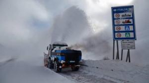 Nevica sul colle della Maddalena, strada chiusa ai mezzi pesanti