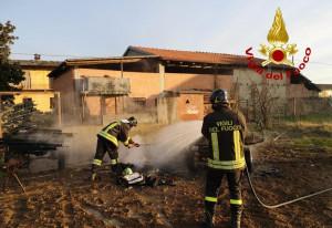 A fuoco due rimorchi agricoli a Barge, lungo intervento dei pompieri