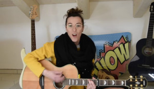 La maestra con la passione per la musica manda un 'Abbraccio Virtuale' ai suoi alunni (VIDEO)