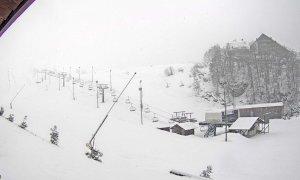 La neve se ne frega e cade sulle piste da sci chiuse di Prato Nevoso e Limone