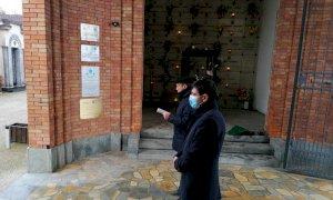 Fossano, il sindaco prega insieme a don Chiaramello alle porte del cimitero