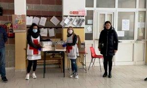 I volontari di Croce Rossa e Ana consegnano i libri nelle case degli alunni a Busca