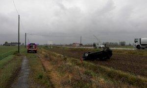 Auto esce di strada e si ribalta in un campo tra Villafalletto e Tarantasca