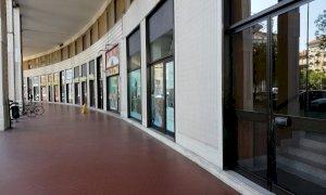 Cuneo, ancora vandalismi nella zona della stazione: colpito il vetro di un portone
