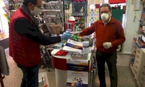 Bra, il Comune e i commercianti distibuiscono mascherine ''per fare la spesa''