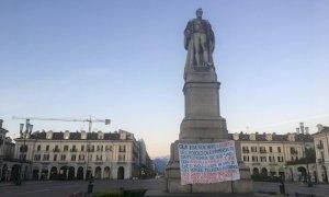 Cuneo, striscione contro il 'potere ipocrita e autoritario' affisso ai piedi della statua di Barbaroux