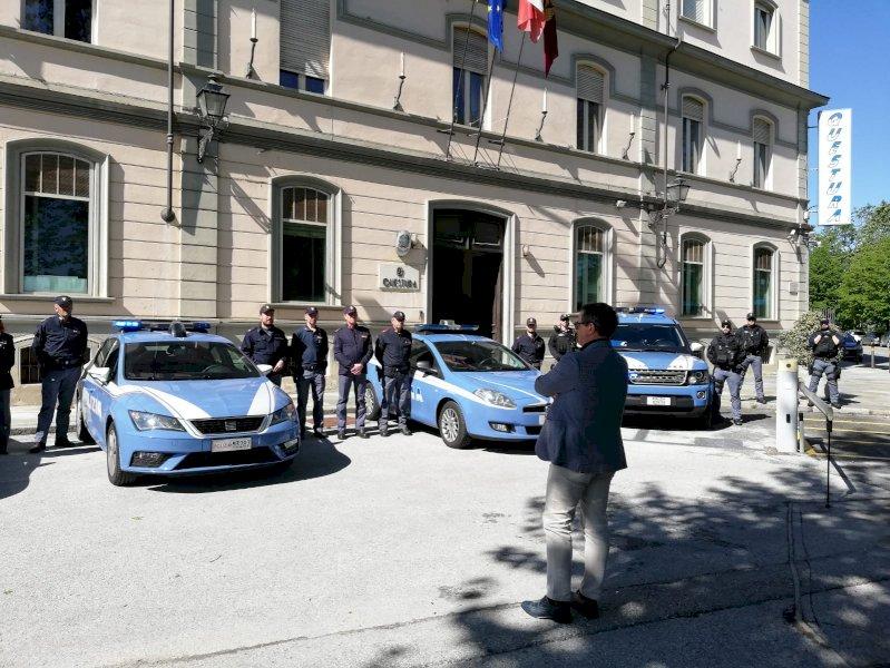 L'omaggio della Polizia di Cuneo all'agente scelto che ha perso la vita per fermare dei rapinatori