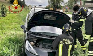 Auto fuori strada a Neive, ferito il conducente
