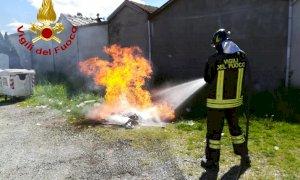 Bagnolo Piemonte, i pompieri estinguono il rogo di un cassonetto