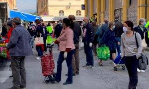 Cuneo, coda ordinata al mercato alimentare del martedì