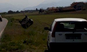 Auto ribaltata in un prato a Castelletto Stura: illesi gli occupanti