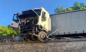 Aisone, camion esce di strada lungo la statale e sfonda il parapetto