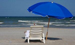 Prenotazioni online, mascherine e ombrelloni separati: ecco come cambieranno le gite al mare