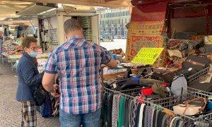 Rispuntano le prime bancarelle in piazza Galimberti, Cuneo 'fa le prove' per il mercato del martedì