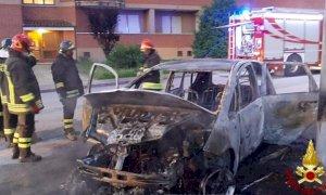 Carrù, a fuoco un'automobile nella notte