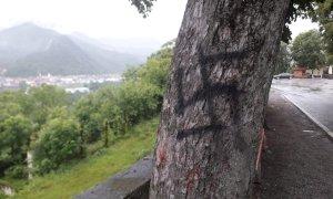 Borgo San Dalmazzo, una svastica disegnata sul tronco di un albero a Monserrato