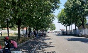 ''I lavoratori della frutta sono arrivati e stanno dormendo per strada, l'alloggiamento è un'urgenza''