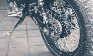 Grave incidente a Ceresole d'Alba, motociclista in pericolo di vita