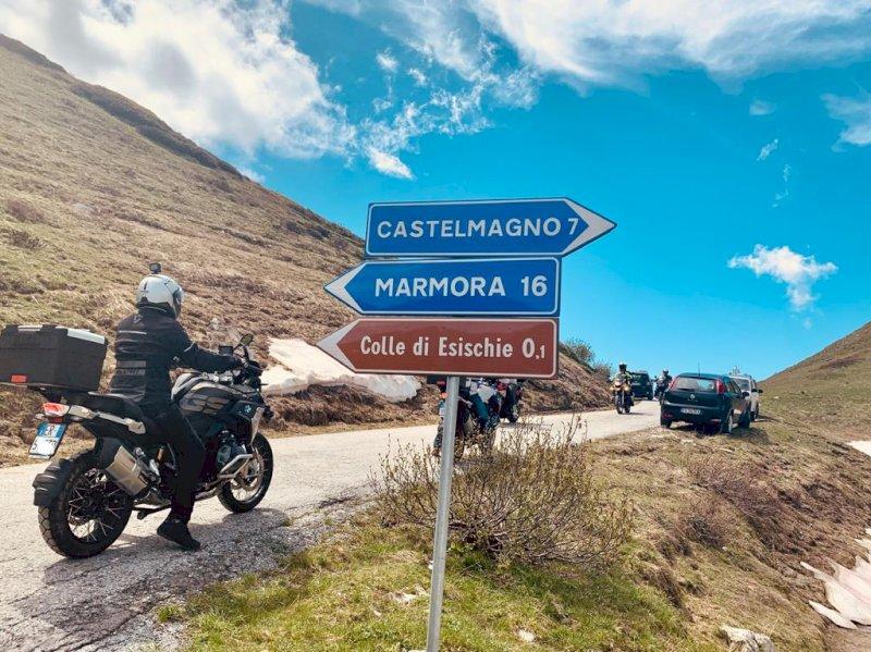 Motociclisti al colle d'Esischie, tra la valle Grana e il vallone di Marmora