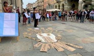 Cuneo, in via Roma il presidio per la scuola in presenza: ''Educazione e didattica non possono passare attraverso lo schermo di un computer''