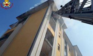 Incendio in appartamento a Fossano, evacuati una decina di alloggi