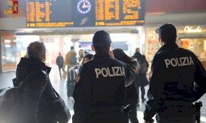 Ubriaco, scalcia e spintona gli agenti della Polizia Ferroviaria sul treno Cuneo-Torino: denunciato