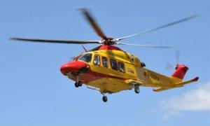Ciclista fuori strada a Neive, trasportato in elicottero al 'Santa Croce'