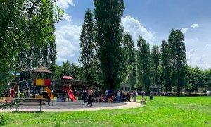 Saluzzo, tra gli oltre 130 migranti del parco di piazza Aliberti solo tre irregolari, nessuno positivo al Covid