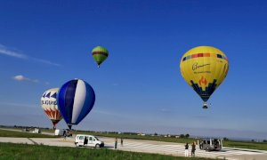 Sette mongolfiere si sono alzate dall'aeroporto di Levaldigi a 40 anni dalla nascita della scuola di volo