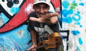 Manu Chao in concerto ad Alba: un omaggio a tutti i protagonisti dell'emergenza Covid