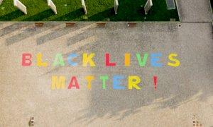 'Black Lives Matter', anche a Cuneo una maxi-scritta contro ogni forma di razzismo