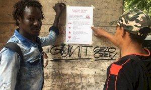 L'educazione civica appesa ai muri: tra corso Giolitti e via Silvio Pellico spuntano i 'consigli' ai passanti