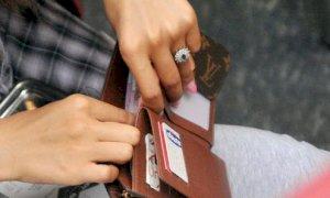 Accusa una donna di avergli rubato il portafogli, ma lo aveva lasciato a casa