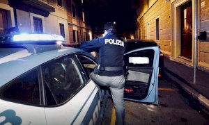 Cuneo, dai balconi applausi alla Polizia che all'una di notte ferma tre giovani molesti