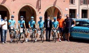 Alba, l'Astana Pro Team in piazza Risorgimento prima del Gran Piemonte