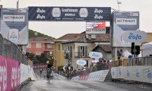 Ciclismo, Gran Piemonte 2020: George Bennett esulta sul traguardo di Barolo