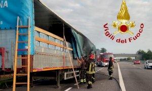 Rimorchio in fiamme al casello autostradale di Carrù, nessun ferito