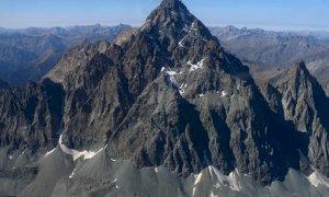 Scarica di sassi sulla parete est del Monviso, alpinista infortunata a un piede