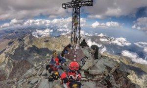 Due alpinisti scalano il Monviso come quarta vetta del loro 'tour'