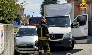 Fossano, scontro in via Marene tra un'auto e un furgone