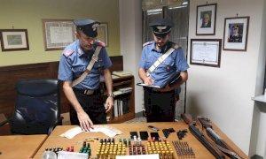 I Carabinieri intervengono per una lite, ma in casa trovano droga e armi: arrestato un 61enne