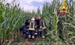 Esce di strada con l'auto e finisce in un campo: automobilista soccorso a Fossano