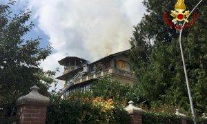 In fiamme il tetto di un'abitazione a Centallo, pompieri in azione (VIDEO)