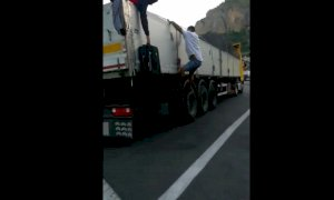 Ecco come i migranti tentano di attraversare il confine salendo di nascosto sui camion (VIDEO)