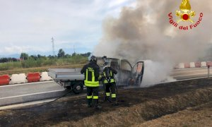 Cuneo, furgone in fiamme sul raccordo d'ingresso dell'autostrada