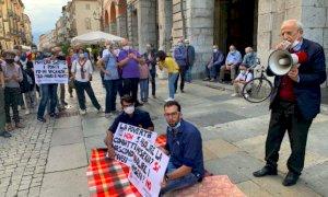 Cuneo, il 'bivacco' dei Radicali in via Roma per dire no all'ordinanza firmata dal sindaco Borgna