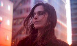 Stasera la cantautrice Erica Mou presenta il suo romanzo d'esordio al tendone di 'Zoe in città'