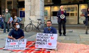 Cuneo, presidio permanente davanti al Comune contro l'ordinanza anti-bivacco del sindaco